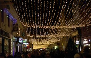 Strada Republicii din Brasov este decorata cu un tavan cu luminite, vineri, 6 decembrie 2013. MIHAELA COJOCARIU / MEDIAFAX FOTO