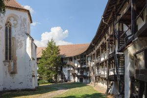 Dans l enceinte de l eglise fortifiee de Prejmer, Transylvanie, Roumanie.